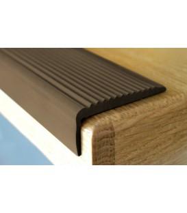 Protišmykový gumový pás (profil) na hranu schodu